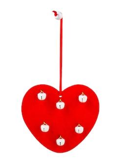 Coeur en bois rouge avec des cloches blanches sur fond blanc isolé