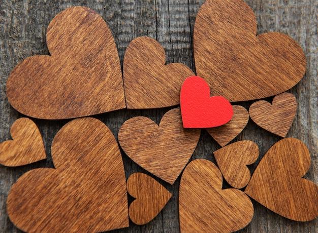 Coeur en bois rouge sur un coeur en bois