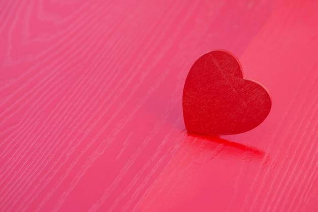 Coeur en bois sur une table en bois rouge show love valentine festival, love