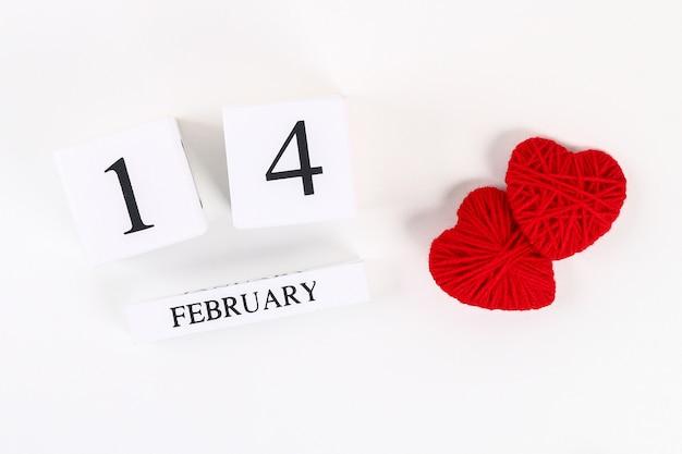 Coeur de bricolage fait maison rouge en carton, fil, calendrier perpétuel en bois