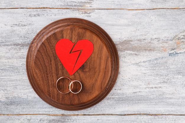 Cœur brisé et anneaux.