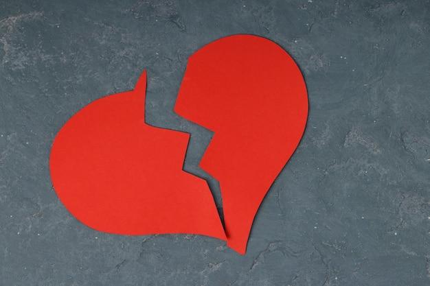 Coeur brisé rouge sur béton