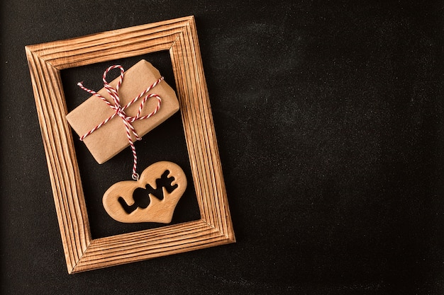 Coeur et cadeau dans un cadre photo en bois