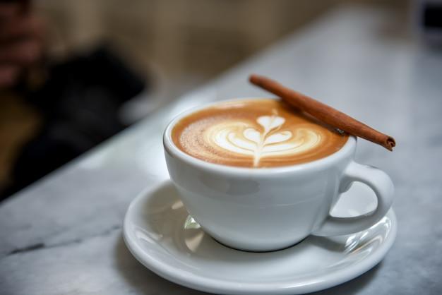 Coeur de café tard avec de la cannelle.