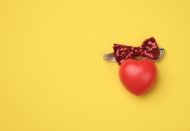 Coeur en caoutchouc rouge, vue du dessus