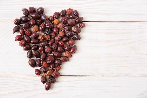 Coeur de chien sec rose sur le fond en bois.concept de mode de vie sain.vue de dessus.copier l'espace