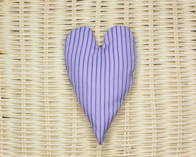 Coeur de chiffon sur fond en osier