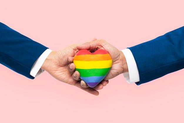 Coeur de communauté lgbtq+ avec les mains unies