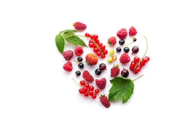 Cœur composé de différentes baies fraîches comme symbole de l'amour pour une nourriture végétalienne crue et saine