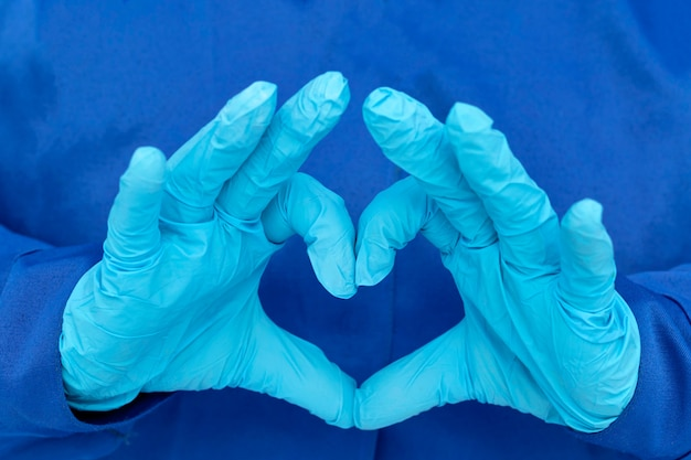 Cœur composé de gants médicaux bleus. stérilité, hygiène, tests de laboratoire