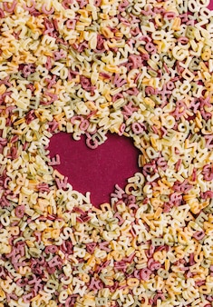 Coeur composé de lettres de pâtes
