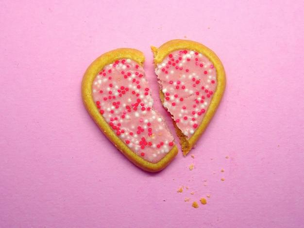 Coeur de cookie brisé, concept d'amour de rupture