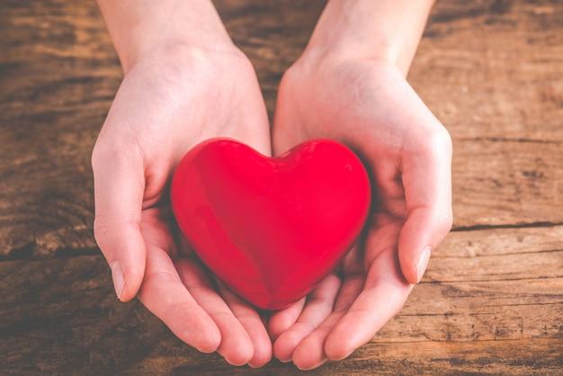 Avec coeur dans les mains - donner de l'amour