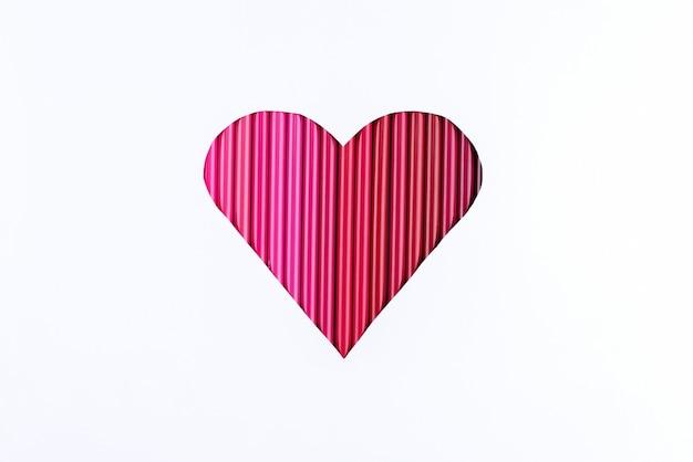 Coeur dégradé rouge fabriqué à partir de crayons.