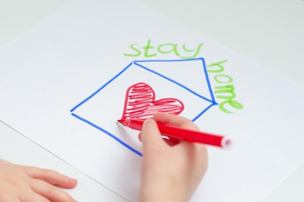 Coeur de dessin à la main de l'enfant