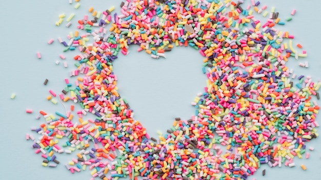 Coeur entre différents bonbons brillants