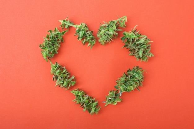 Coeur fait de bourgeons de cannabis symbole de l'amour