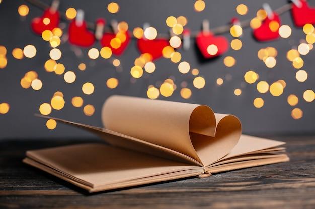 Coeur fait de feuilles de livre dans les lumières