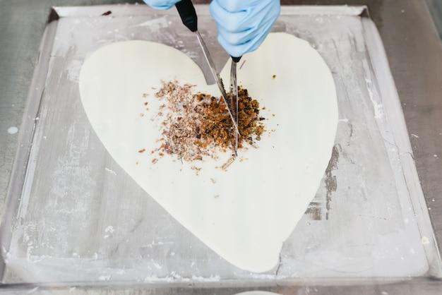 Coeur fait avec de la glace par un chef pour la saint-valentin.