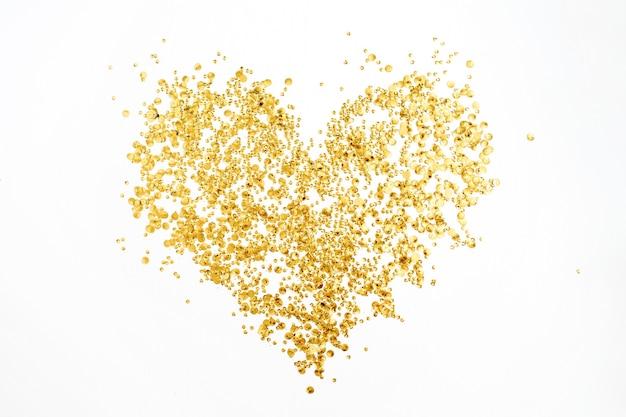 Coeur fait de guirlandes de confettis dorés sur blanc