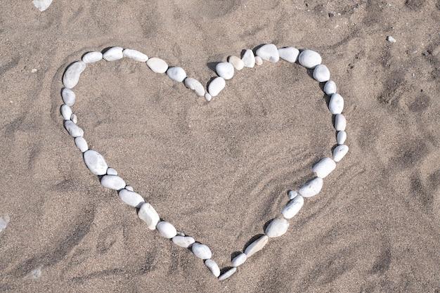 Coeur fait de pierres sur une grotte au bord de la mer