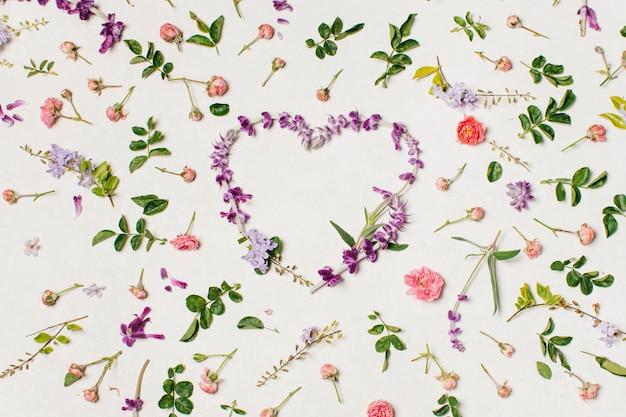 Coeur de fleurs violettes