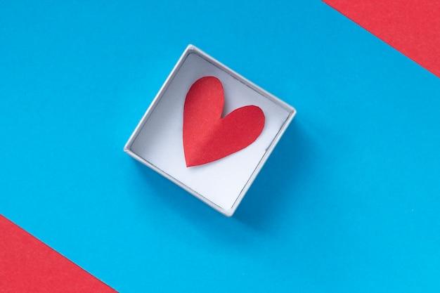 Coeur sur fond bleu