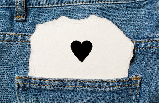 Coeur sur fond de papier déchiré sur l'amour de jeans et le concept de la saint-valentin