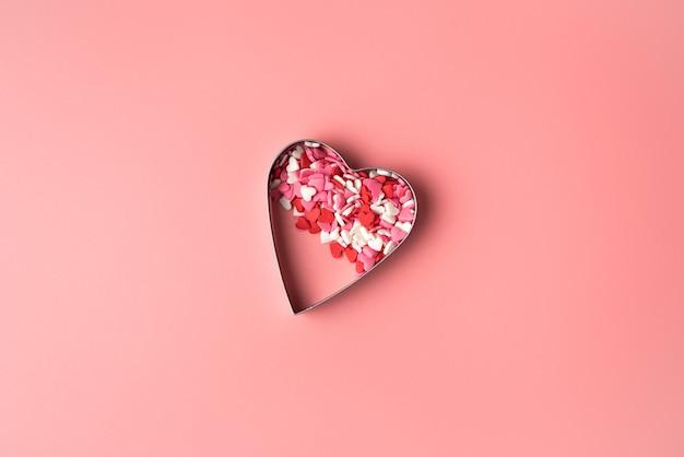 Coeur sur fond rose.