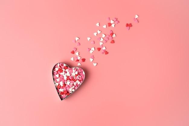 Coeur en forme de comète volante sur fond rose. vue de dessus avec espace pour copier. concept du 14 février, amour.