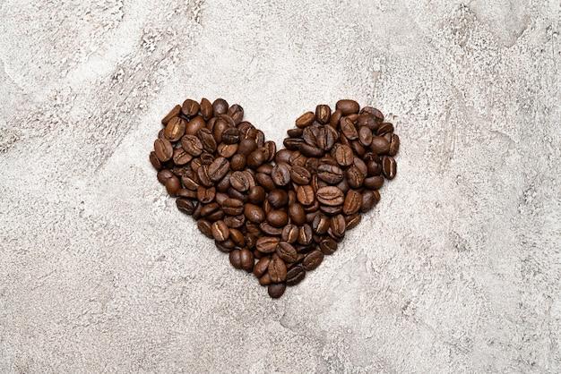 Coeur en grains de café sur béton
