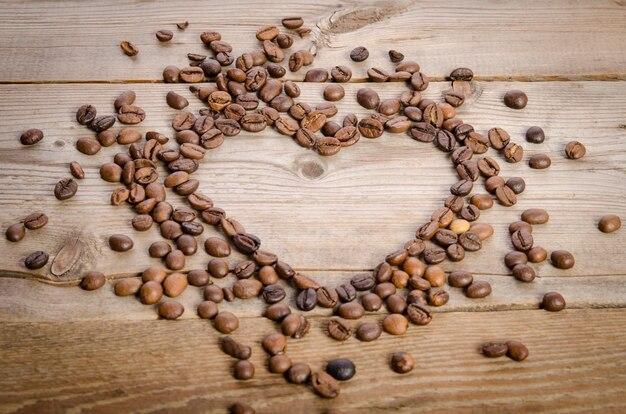 Coeur de grains de café sur table en bois