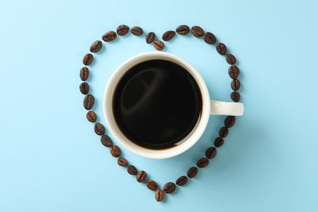 Coeur en grains de café et tasse de café