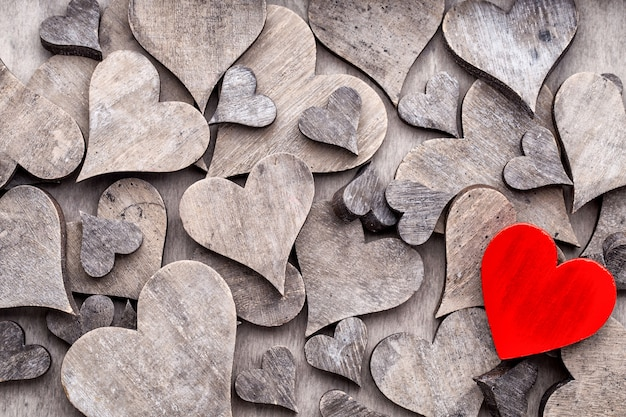 Coeur gris fin rouge. carte de voeux saint valentin.
