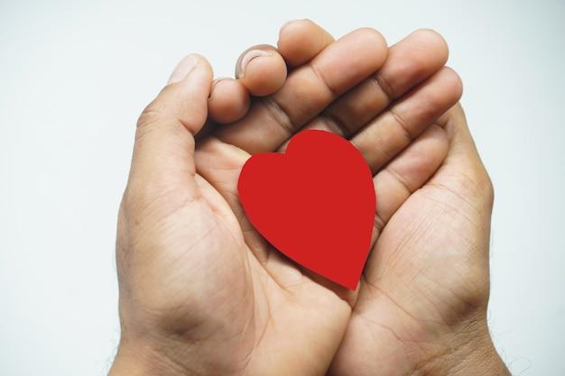 Coeur en main coeur attentionné concept sur fond blanc