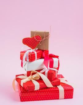 Coeur à la main sur une pile de cadeaux