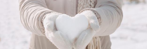 Coeur de neige dans les mains