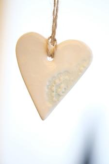 Coeur de noël avec motif bleu sur chaîne sur fond blanc