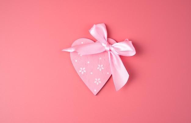 Coeur et noeud en rose sur rose. vue de dessus
