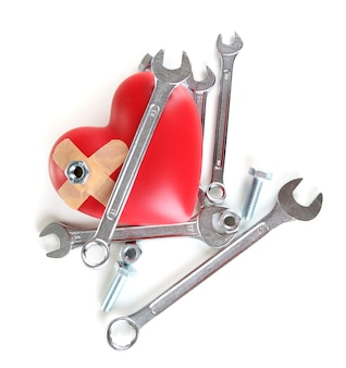 Coeur et outils. concept : rénovation de coeur. isolé sur blanc