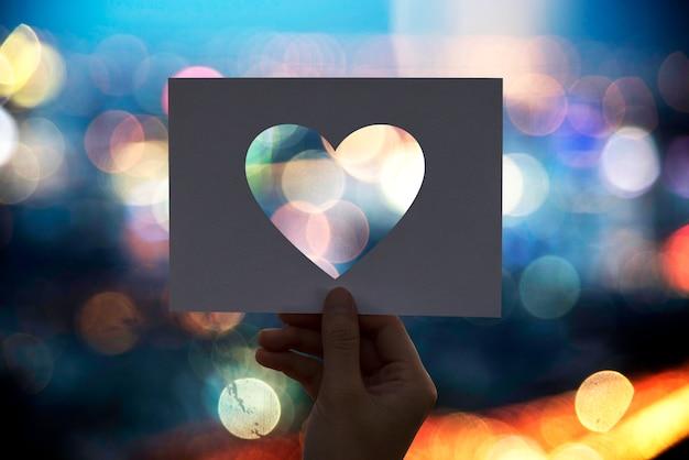 Coeur de papier perforé d'amour romance
