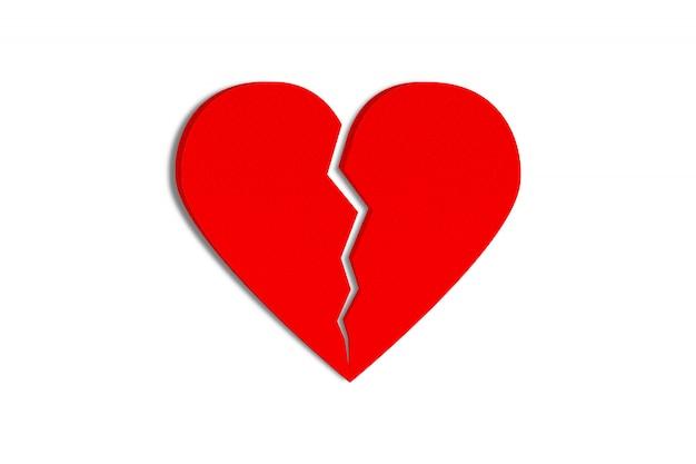 Coeur de papier rouge cassé isolé sur fond blanc. objet avec un tracé de détourage.
