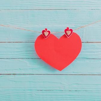 Coeur de papier rouge sur fond de bois ancien