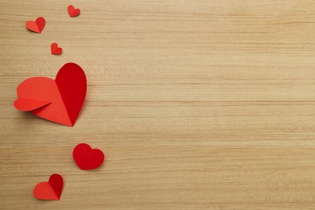Coeur de papier rouge saint valentin sur bois