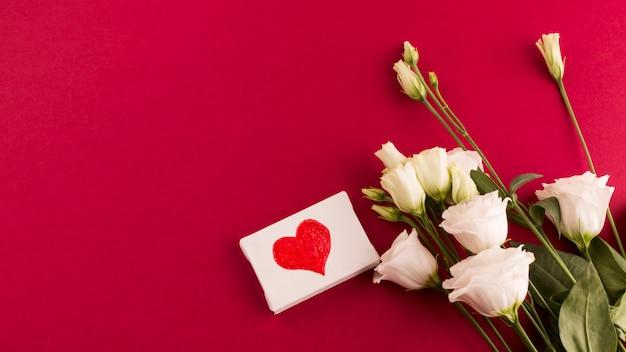 Coeur petite toile avec bouquet de fleurs