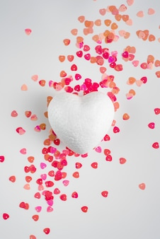 Coeur polyfoam blanc sur le fond.