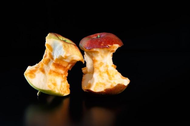 Cœur de pomme comme concept d'écologie et de recyclage des déchets avec réflexion