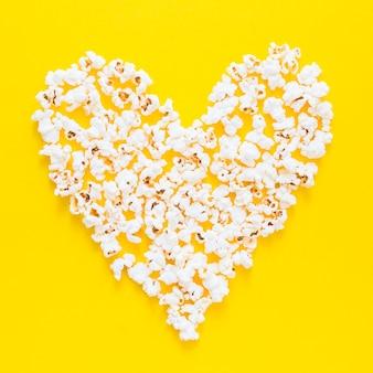 Coeur de popocorns sur fond jaune
