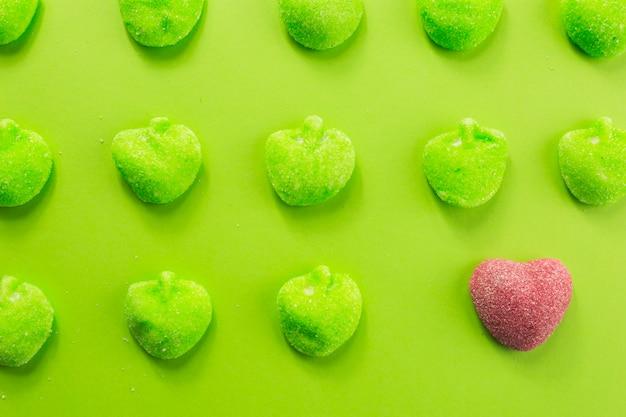 Coeur près de pommes gelées