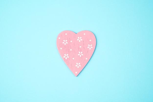 Coeur rose sur fond bleu. vue de dessus, avec espace pour copier. concept 14 février, amour.